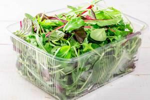 Salatblätter mit Blattsalat und Rucola vermischen