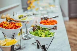 Salatbüfett mit frischem Salat