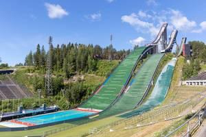 Salpausselkä-Schanzen für Skispringer, in der Nähe vom Lahti-Sportzentrum in Finnland, mit integriertem Freibad