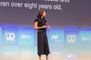 """Samantha Payne von Open Bionics zum Thema """"mit Armprothesen aus Kindern Superhelden machen"""" auf der Bühne von Bits & Pretzels 2019"""