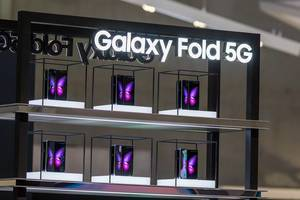 Samsung Smartphone Galaxy Fold 5G: foldable devices that transform from phone to tablet due to foldable infinity-flex display