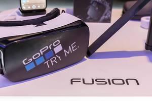 Samsung VR Brille mit GoPro Aufkleber und Stativ an der Photokina in Köln