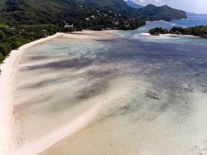 Sandbänke bei Ebbe am Strand von Mahé, Seychellen vor dem Indischen Ozean und der Insel L