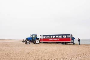 Sandormen Bus bringt Touristen zum Sandstrand von Skagen, Dänemark wo sich Ostsee und Nordsee treffen