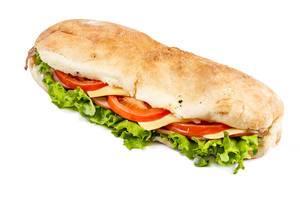 Sandwich mit Salatblätter, Tomatenscheiben, Käse und Schinken vor weißem Hintergrund