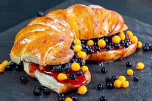Sandwich with sea buckthorn berries, elderberries and jam