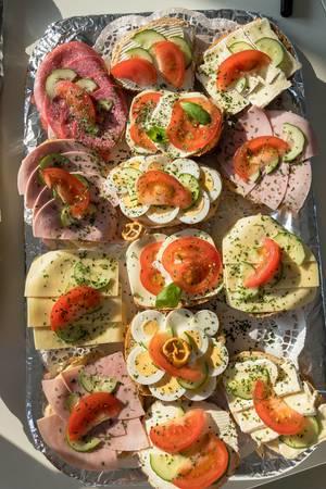 Sandwiches mit Eiern, Käse, Aufstrich, Schinken und Wurst