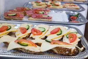 Sandwiches mit Käse, Gurke und Tomate