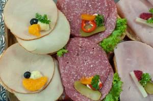 Sandwiches mit Salami, geräucherter Hähnchenbrust und Schinken