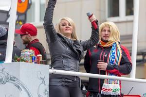 Sängerin mit Mikro auf einem der Wagen - Kölner Karneval 2018