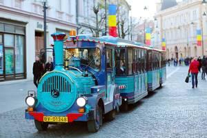 Santa Claus Zug fährt durch die Fußgängerzone in Rumänien