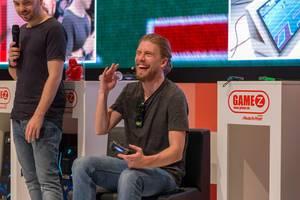 Sarazar biegt sich vor Lachen beim Spielen