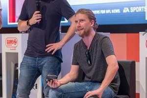 Sarazar mit Controller in der Hand auf der Gamez-Bühne