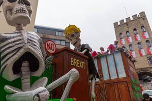 Satiric German carnivals wagon in Cologne: Boris Johnson skeleton, house of commons and Brexit