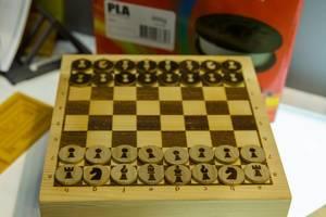 Schachbrett mit flachen Spielfiguren-Holzplättchen