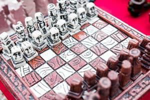 Schachbrett und Schachfiguren im Maya-Look