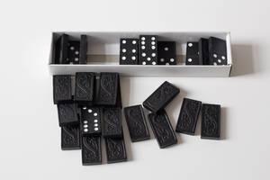 Schachtel mit Dominosteinen