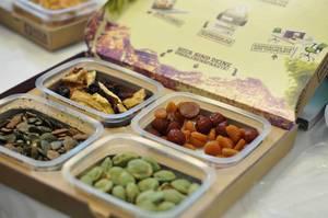 Schachtel mit Trockenfrüchten, Kürbiskernen und Wasabi Erdnüssen
