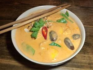 Schale mit veganem Can Xoai mit Tofu, Gemüse, Shiitake Pilzen und Chili in Kokoscurry mit Mango