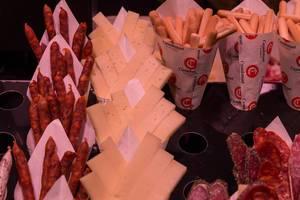 """Scharfe Iberico-Paprikawurst und spanischer """"Manchego"""" Schafskäse als Fingerfood und Snack in der Mercat de Sant Josep Markthalle in Barcelona"""