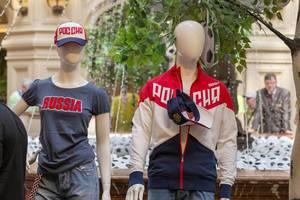 Schaufensterpuppen mit Klamotten mit der Aufschrift Russia
