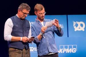 Schauspieler Hans Sigl und Joko Winterscheidt auf der Bits & Pretzels Bühne in München