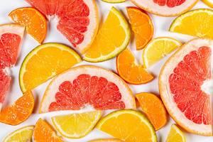 Scheiben von verschiedenen Zitrusfrüchten in obene Aufnahme