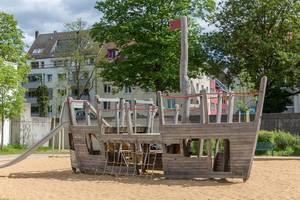 Schiff am Kinderspielplatz