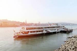 Schiff für Dampferfahrten auf der Donau, legt in Budapest (Ungarn) an