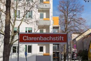 Schild der Kölner Verkehrsbetriebe an der Haltestelle Clarenbachstift
