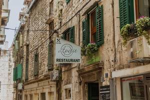 Schild eines Restaurants in Split, Kroatien