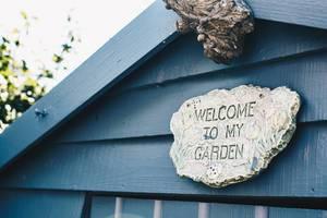 Schild mit der Aufschrift Welcome to my garden / Willkommen in meinen Garten