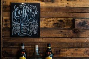 Schild / Tafel in einem Coffeshop and Holzwand mit Spirituosen