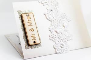 Schildchen mit der Aufschrift Mr. and Mrs. auf einer Hochzeitseinladung