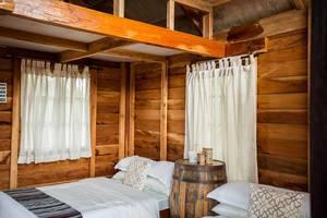 Schlafgelegenheiten in kleinem, hölzernem Ferienhaus