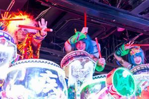 Schlagzeug-Trio auf dem Riesenroboter im Robot Restaurant in Shinjuku, Tokyo