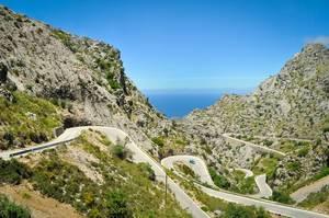 Schlangenlinien fahren auf der Serpentine auf der Insel Mallorca