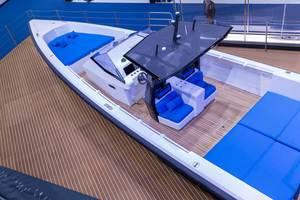 Schmal gebautes Schnellboot mit vielen Sitzgelegenheiten und Liegeflächen