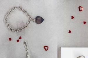 Schmuck in einem Schaufenster eines Juweliers mit Herzdekorationen