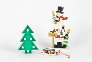 Schneemannfigur und Holzschlitten mit Weihnachtsbaum auf weißem Hintergrund