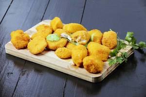Schnelles Mittagessen: Chicken Nuggets auf einem Holzbrettchen