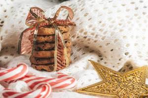 Schoko-Splitter Kekse mit Zuckerstangen auf weissem Strick Hintergrund