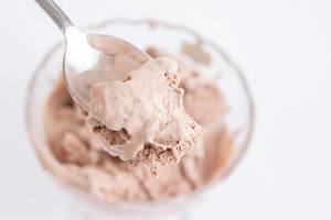Schokoladen-Eiscreme / Schokoeis auf einem Löffel
