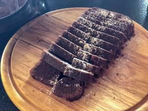 Schokoladen mit Puderzucker auf einem Schneidebrett