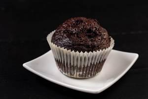 Schokoladen-Muffin-Plätzchen auf der weißen Platte