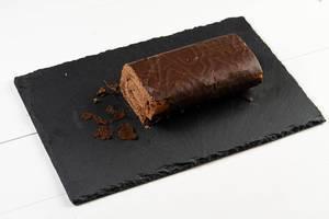 Schokoladen-Rollenkuchen auf dem Steinbehälter
