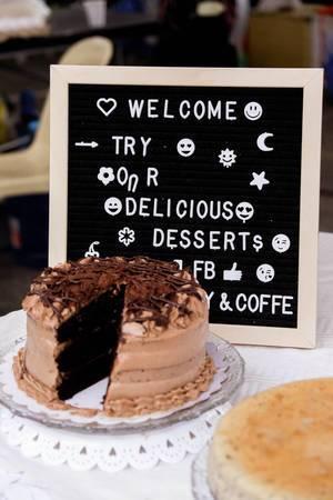 Schokoladenkuchen in einem lokalen Park in Talisay ausgestellt