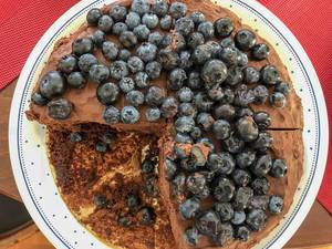 Schokoladenkuchen mit Blaubeeren. Draufsicht