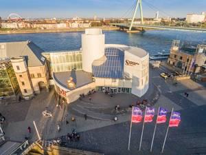 Schokoladenmuseum Köln im Sonnenuntergang mit Rhein im Hintergrund