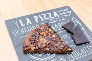Schokoladenpizza auf Schieferplatte (Test Sync)